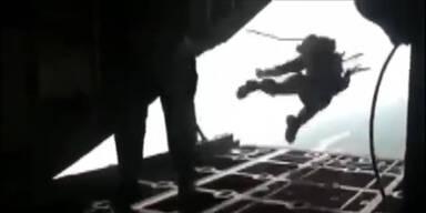 Fallschirmjäger aus Flugzeug gerissen