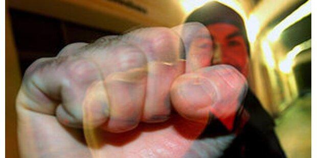 Mann schlug Frau mit Faust ins Gesicht