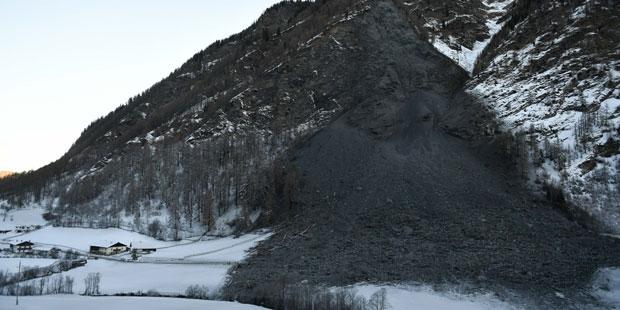 Menschen nach Felssturz in Österreich weiter eingeschlossen