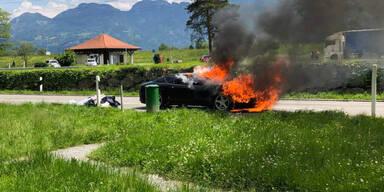 Ferrari direkt neben Autobahn komplett ausgebrannt