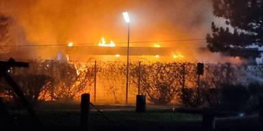 Feuer in der Großfeldsiedlung: Schwimmbad in Brand
