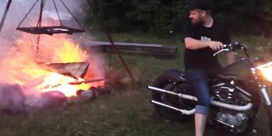 Mit der Harley Davidson ein Feuer anfachen