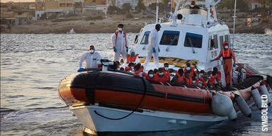 Migranten in Boot vor Lampedusa