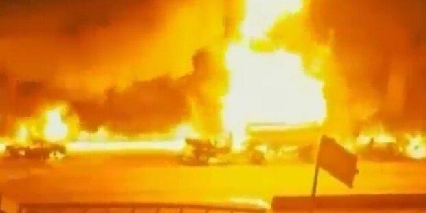 Auto rammt Tank-LKW: Highway in Flammen
