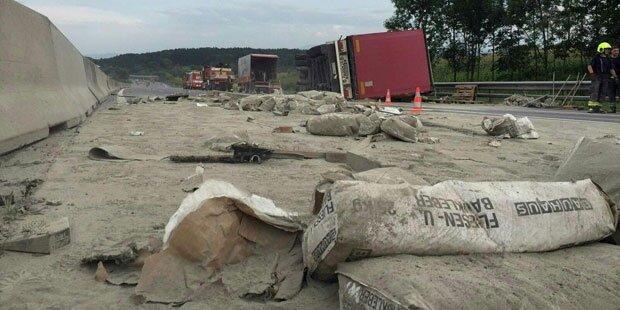 Totales Chaos auf A1: 20 Tonnen Fliesenkleber auf Fahrbahn