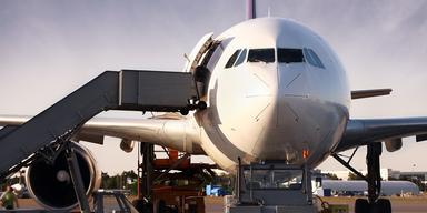 Flightright - Info des Tages - Flughafen, Flugzeug Vorderansicht Tag