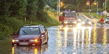 Autolenker entkommt Fluten in letzter Sekunde