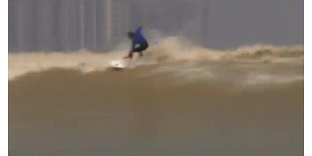 China: Surfer reiten seltene Flutwellen