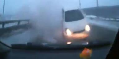 Spektakulärer Unfall auf Schnee-Autobahn