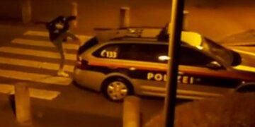 Anzeige in Kufstein: Drogen-Teenie tritt gegen Polizeiwagen: Festnahme