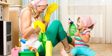Mutter und Tochter putzen in Küche