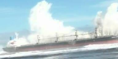 Frachtschiff durch Riesenwelle zerstört