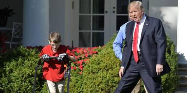Bub (11) mäht für Trump den Rasen