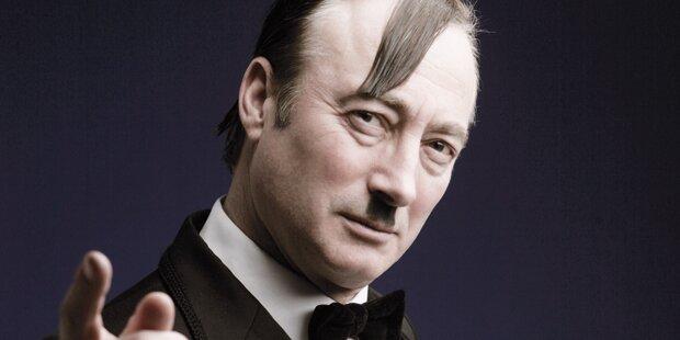 Irrer Hitler-Verschnitt bejubelt