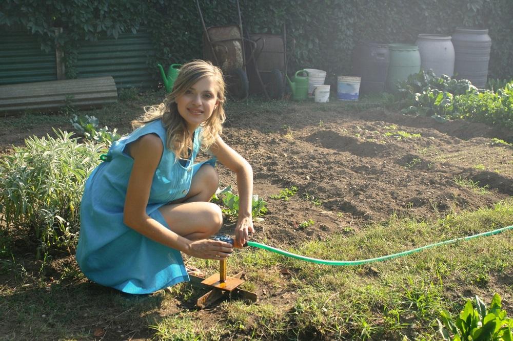 Frau gärtnernd - Garten-CH