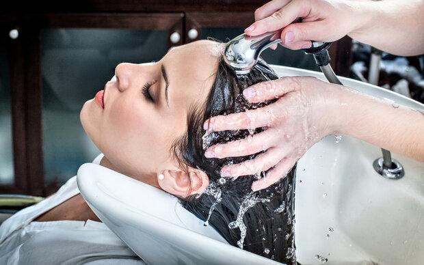 Haarfarbe misslungen - Frau bei Friseur rief Polizei