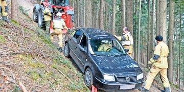 Auto blieb im Wald hängen - geborgen: Verbotene Sprotztour: Navi führte Lenker auf Holzweg