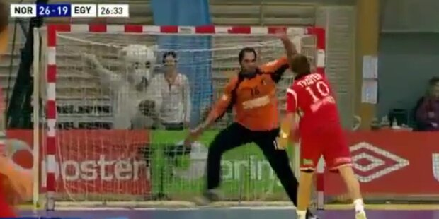 Penalty: Handballspieler trickst Tormann aus