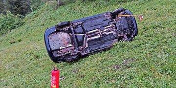 Bei Überschlag aus Auto geschleudert: Mutter stürzte mit kleiner Tochter (5) ab – verletzt