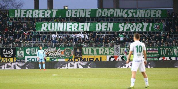 Rapid-Fans mit Doping-Banner gegen Kickl