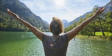 Frau blickt auf den See in Bayern