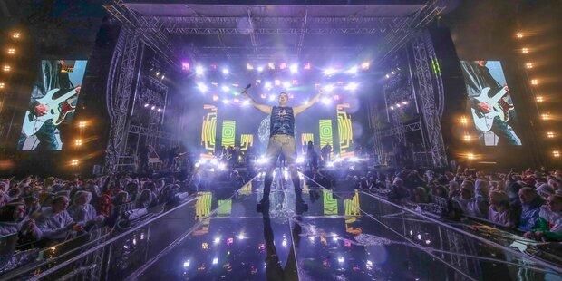 Gabalier rockt mit 40.000 Fans im strömenden Regen