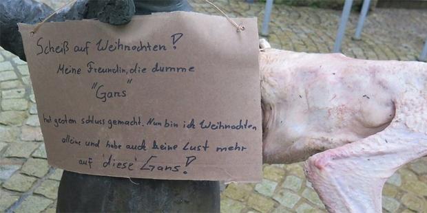 Aus Trennungsschmerz: Unbekannter verziert Figur in Bad Brückenau mit Weihnachtsgans