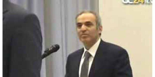 Garri Kasparow von fliegendem Penis angegriffen