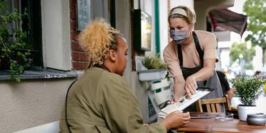 Gastronomie im Freien mit Maske