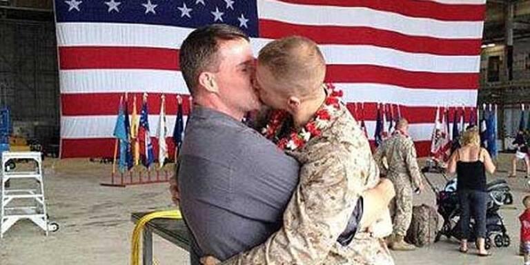 Marine küsst Freund bei Heimkehr