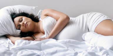 Mutter bringt Kind im Schlaf zur Welt