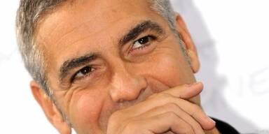 George Clooney scherzt mit den Reportern