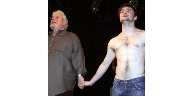 Welcher Star steht hier nackt auf der Bühne?