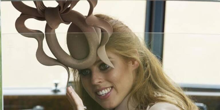 Beatrice: Komischer Hut unterm Hammer