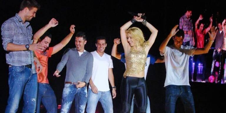 Gerard Pique, David Villa, Pedro Rodriguez, Bojan Krkic, Sergio Busquets und Xavi Hernandez tanzen mit Shakira.