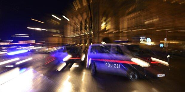 Frau wurde auf Schutzweg von Pkw angefahren - Fahrer flüchtete