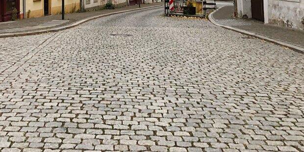 Wirbel in OÖ: Beamter ließ seinen Namen auf Stadtplatz pflastern