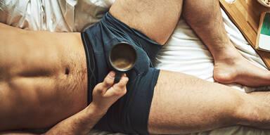 mann in unterhose und kaffee im bett