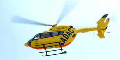 ADAC Rettungshubschrauber bei Bergung von toten Piloten nach Kleinflugzeugunfall