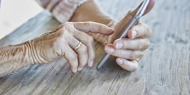 Falsche Polizisten zocken Opfer via Telefon ab | Corona-Masche bei Senioren