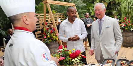 Prinz Charles versucht sich in Kuba als Barkeeper
