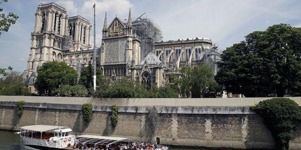 1. Messe in Notre-Dame: Priester mussten Helme tragen
