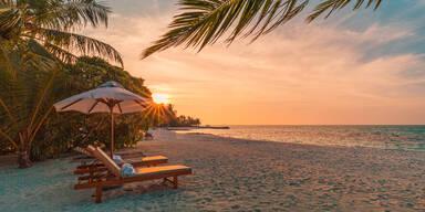 Liegen am Strand im Sonnenuntergang