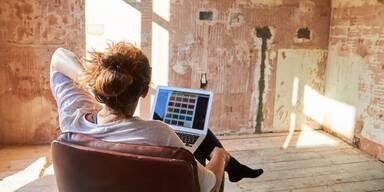 Frau plant ihren Raum vor Computer