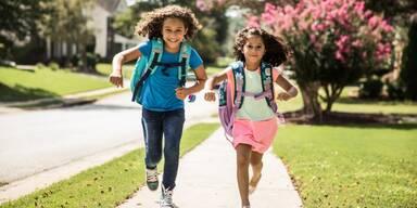 Schulkinder rennen