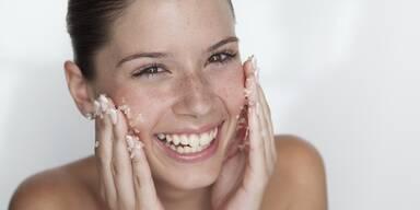 Frau reibt Salz in ihr Gesicht