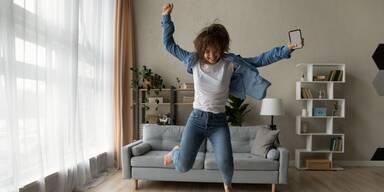 Frau springt in die Höhe