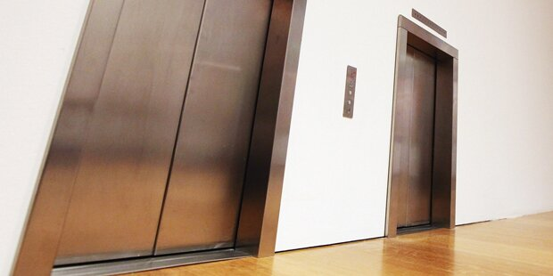 Zwei Buben in Hotel-Lift gefangen