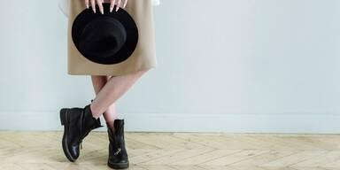 Frau mit Stiefeln und Hut