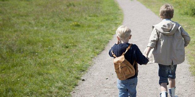 Perverser entblößt sich vor kleinen Kindern